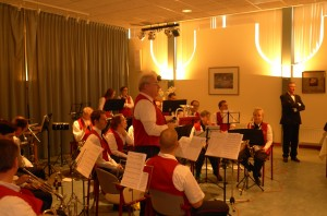 Voorzitter Ruud den Heeten spreekt het publiek toe over o.m. de naderende PROMS (16 maart a.s.) en went het een goed 2013 toe.