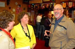 Paula en Anja in gesprek met een koorlid. Die heeft het zo te zien uitstekend naar zijn zin in De Speeldoos.