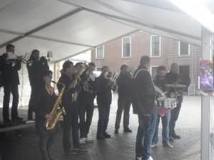 In de tent die op het Kerkplein was opgezet voor de Gezondheids-markt, was het iets minder koud