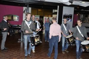 Tamboers van Excelsior begeleiden de doedelzakspelers