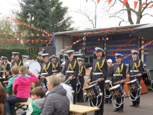 Drumband in actie voor podium Kerkplein Harmelen. Wat een slagkracht!